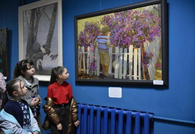 В Новошахтинском драмтеатре открылась выставка картин «Весенняя рапсодия»
